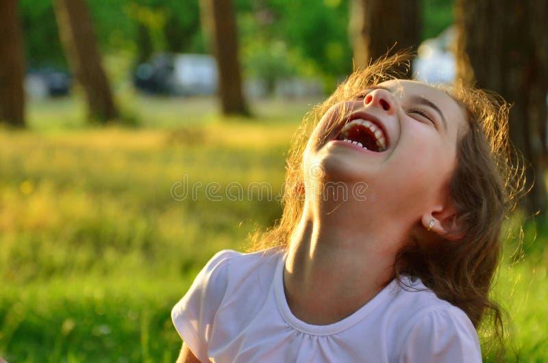 Gullig skratta liten flicka arkivfoton