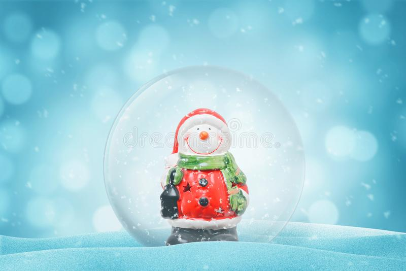 Gullig snögubbe i en magisk boll för exponeringsglas nytt år för garnering arkivbilder