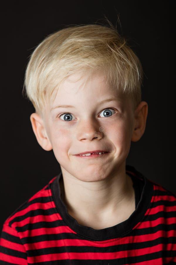 Gullig sned boll synad liten blond pojke royaltyfri bild
