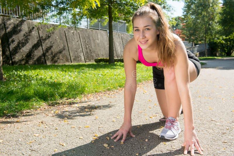 Gullig sportig flicka för ung kvinna med rosa färgöverkanten, utomhus- genomkörare royaltyfria foton