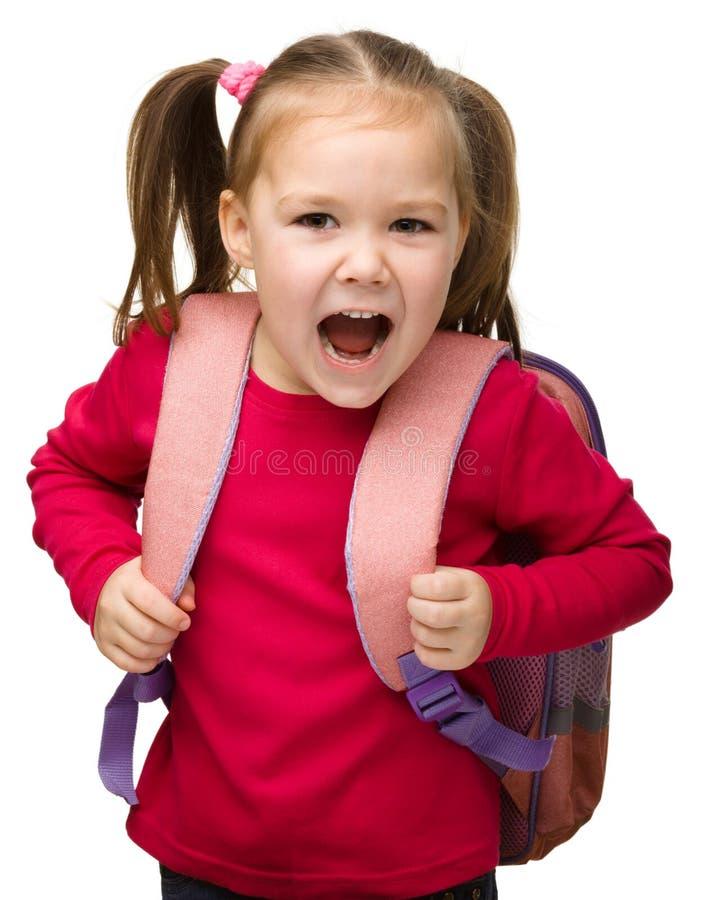 gullig ståendeschoolgirl för ryggsäck royaltyfri fotografi