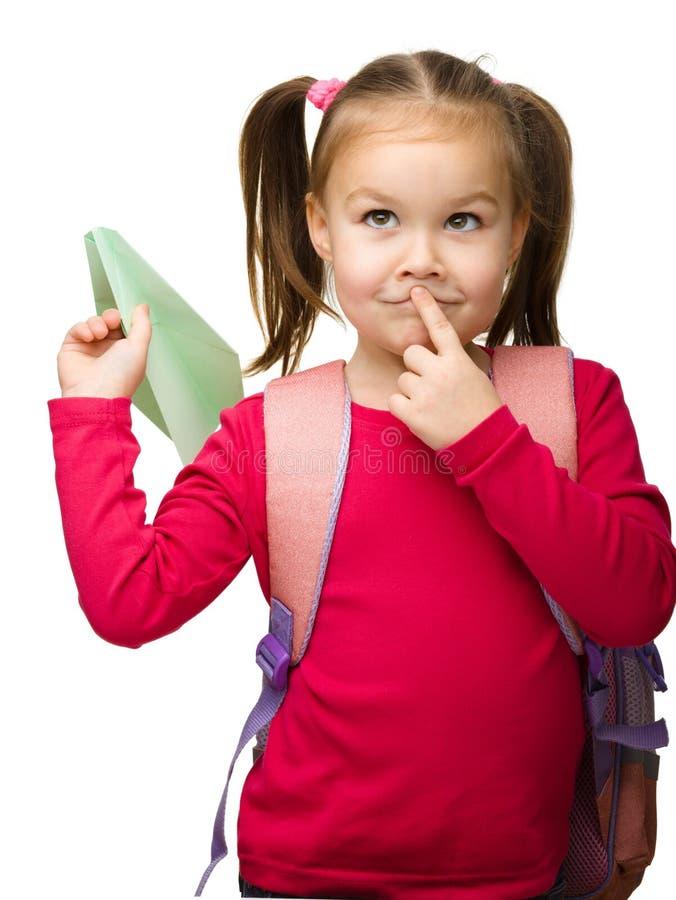 gullig ståendeschoolgirl för ryggsäck arkivfoton