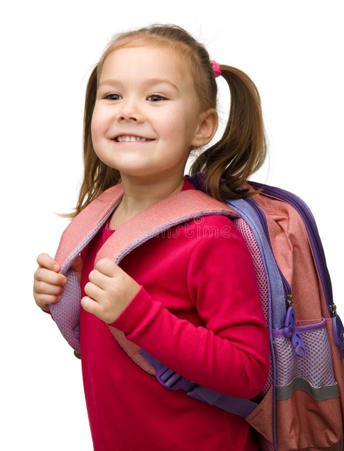 gullig ståendeschoolgirl för ryggsäck royaltyfri foto