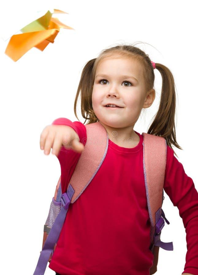 gullig ståendeschoolgirl för ryggsäck arkivbild