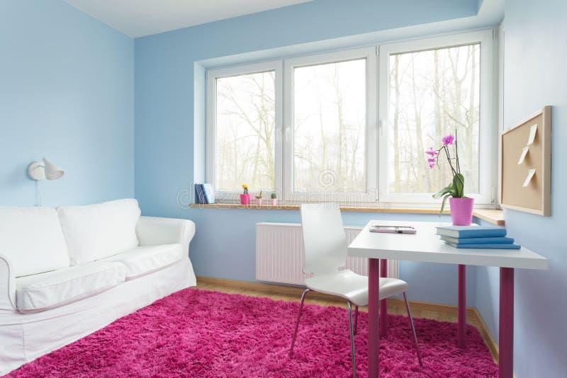 Gullig stilfull lägenhet arkivfoto