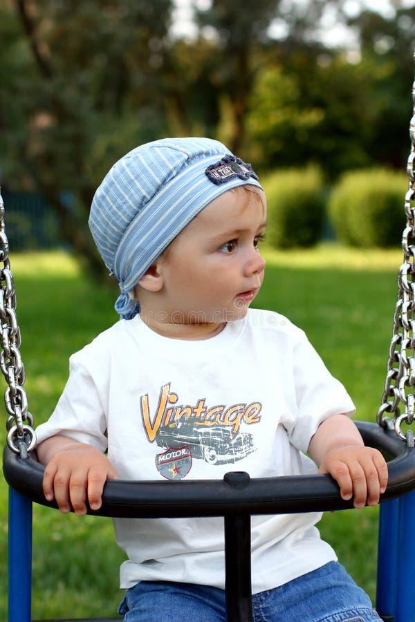 gullig swing för pojke arkivfoton