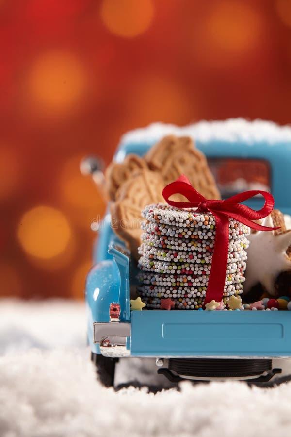 Gullig tappninglastbil som fylls med julkakor fotografering för bildbyråer