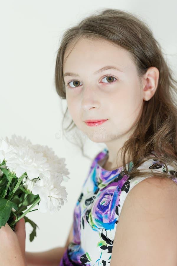 Gullig tonårig flicka med buketten av blommor arkivfoto