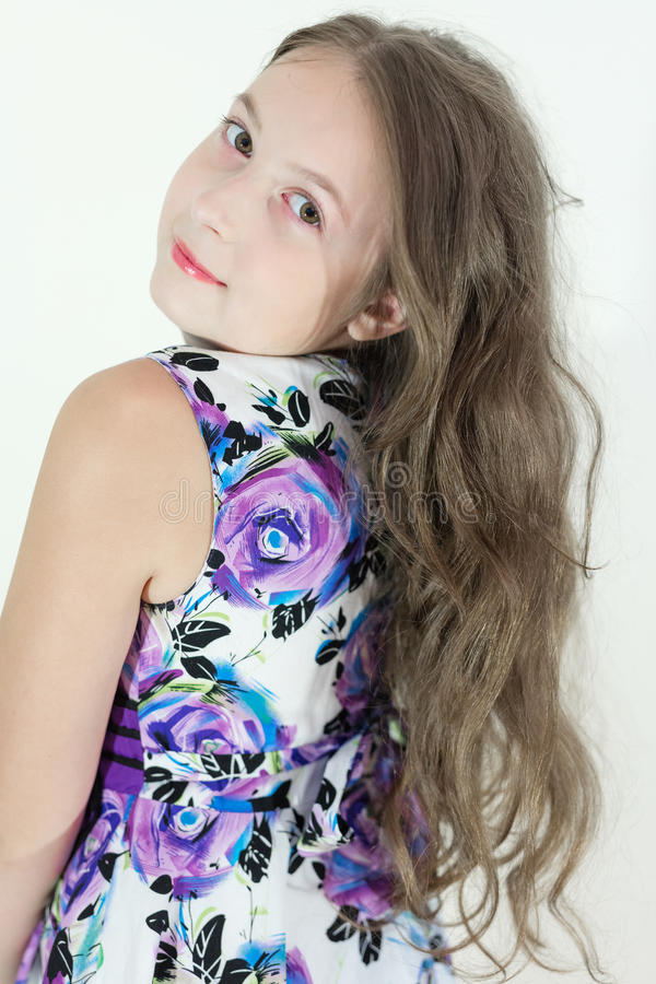 Gullig tonårig flicka med den emotionella ståenden för lockigt hår på vit bakgrund royaltyfri bild