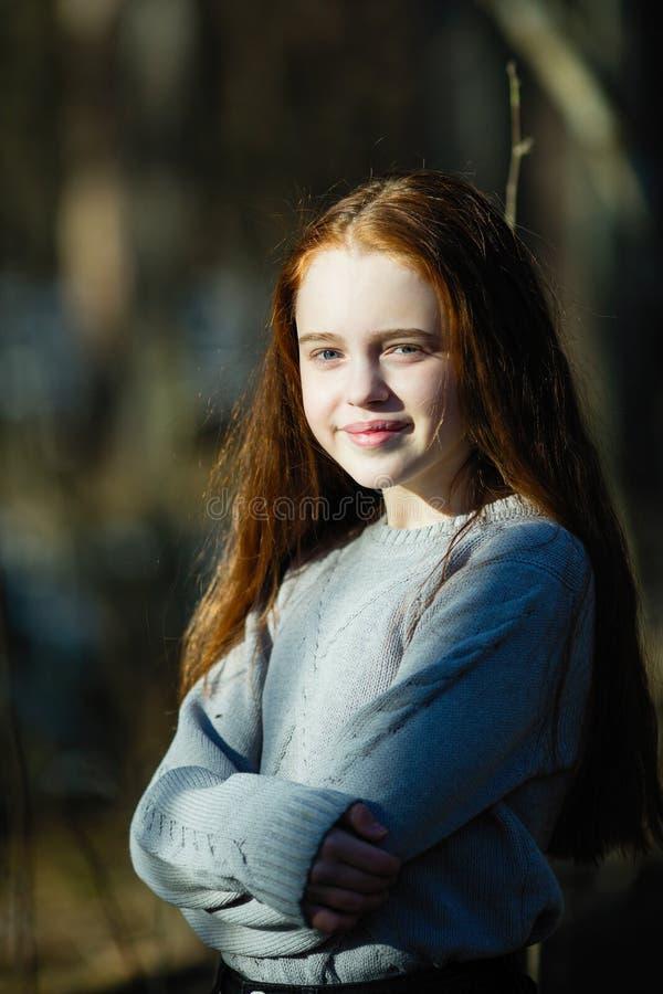 Gullig tonårig flicka med den långa ljusa röda hårcloseupståenden arkivbild
