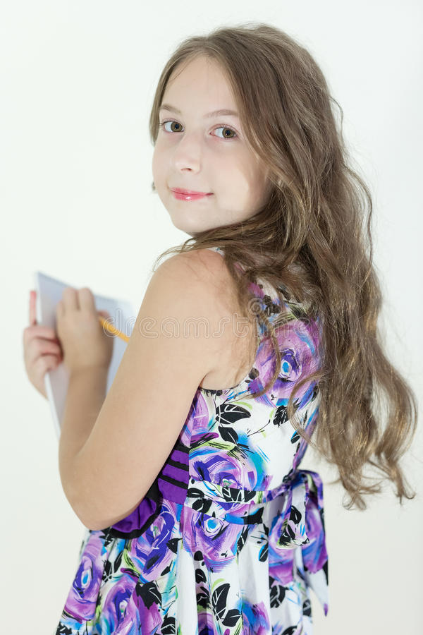 Gullig tonårig flicka med notepaden royaltyfria foton