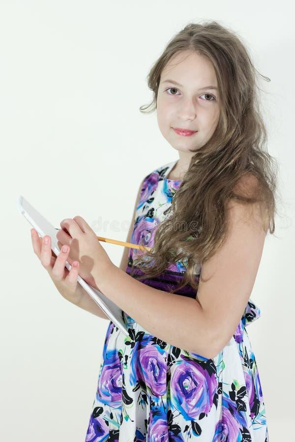Gullig tonårig flicka med notepaden arkivfoton