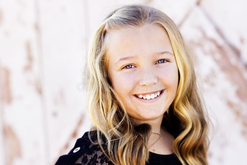 Gullig tonårig flickastående royaltyfria foton