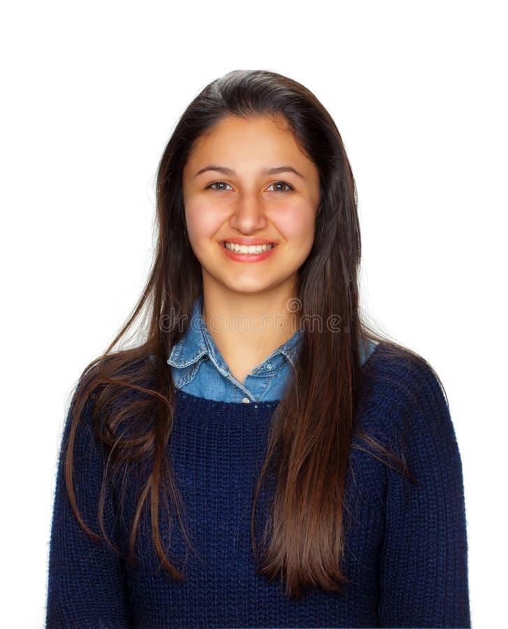 Gullig tonåring som ler på vit bakgrund fotografering för bildbyråer