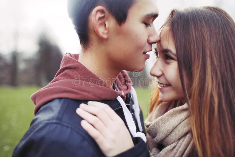 Gullig tonårs- förälskelse arkivfoton