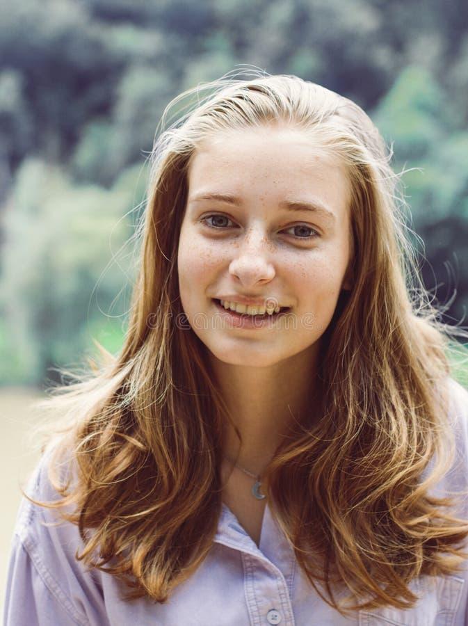 Gullig tonårs- flicka med blont hår royaltyfria bilder