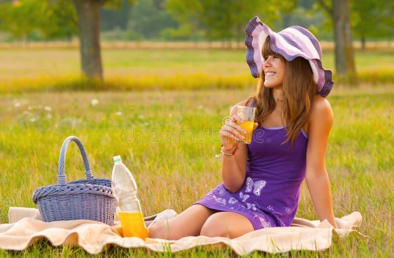 Gullig tonårs- flicka på picknicken arkivfoto