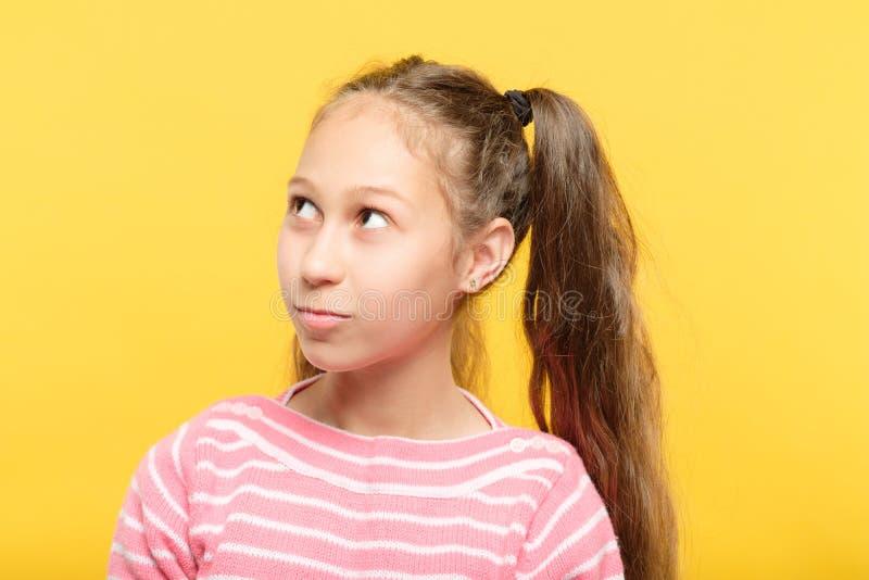 Gullig tonårs- flicka som upp ser ståenden åt sidan royaltyfri bild