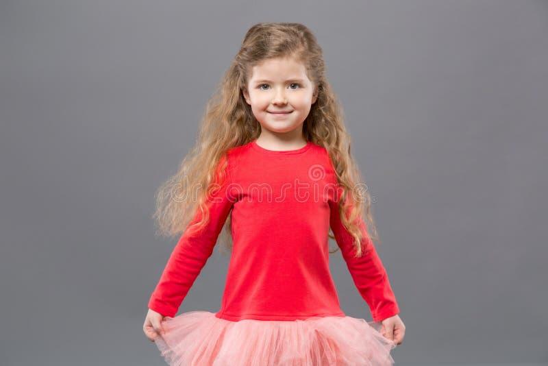 Gullig trevlig flicka som rymmer hennes klänning royaltyfria foton