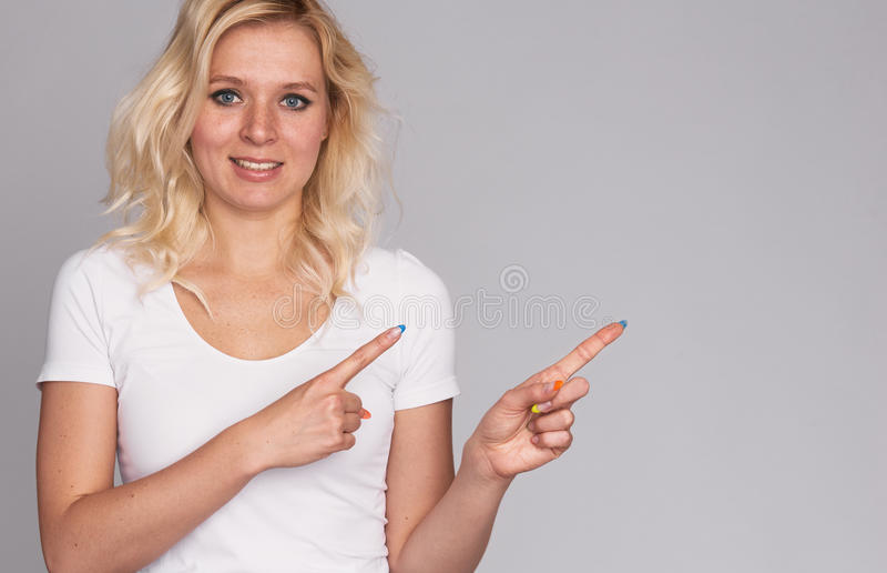 Gullig ung blond flicka med fräknar arkivbilder