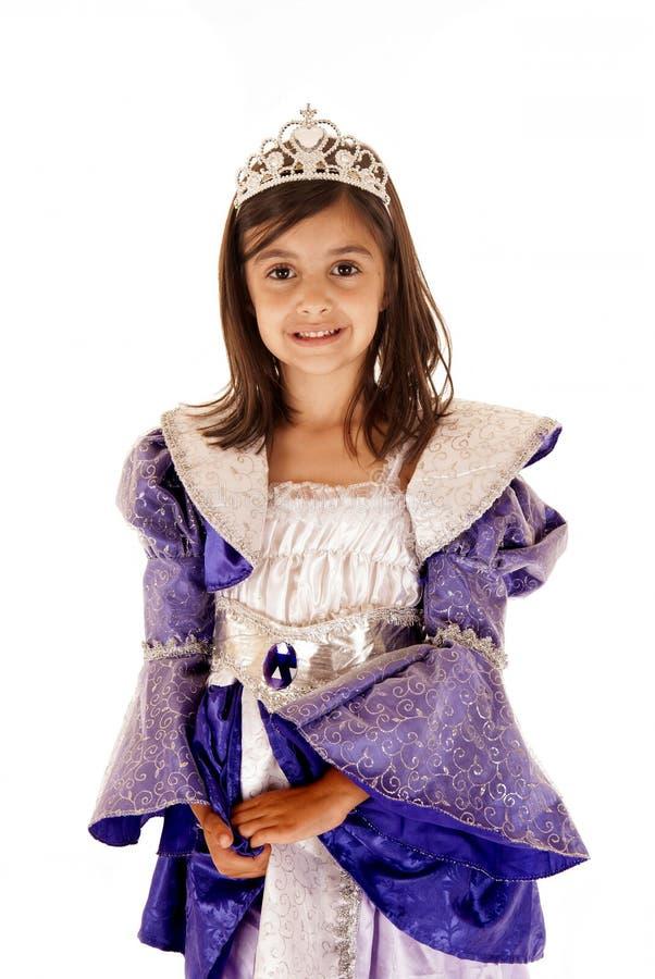 Gullig ung brunettflicka, i att le för prinsessadräkt royaltyfri bild
