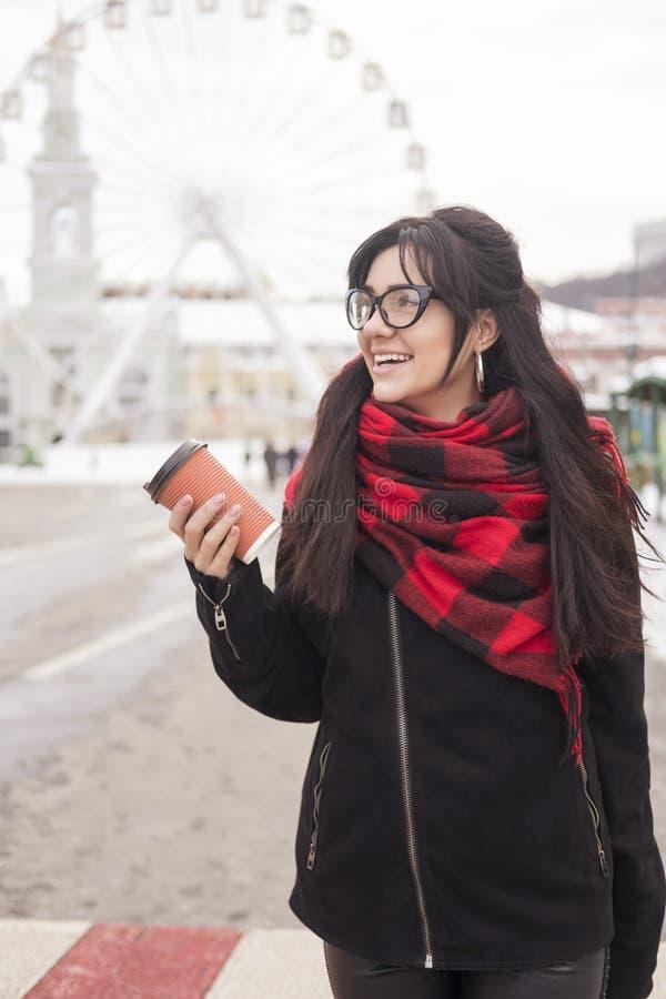 Gullig ung caucasian brunettkvinnastudent på en gå i Europa arkivbild