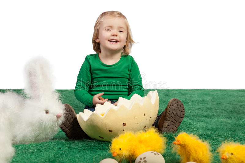 Gullig ung flicka med toykaninen och fågelungar royaltyfri fotografi