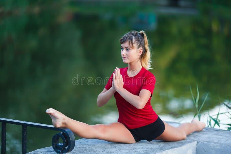 Gullig ung flicka som gör yogaövningar royaltyfri bild