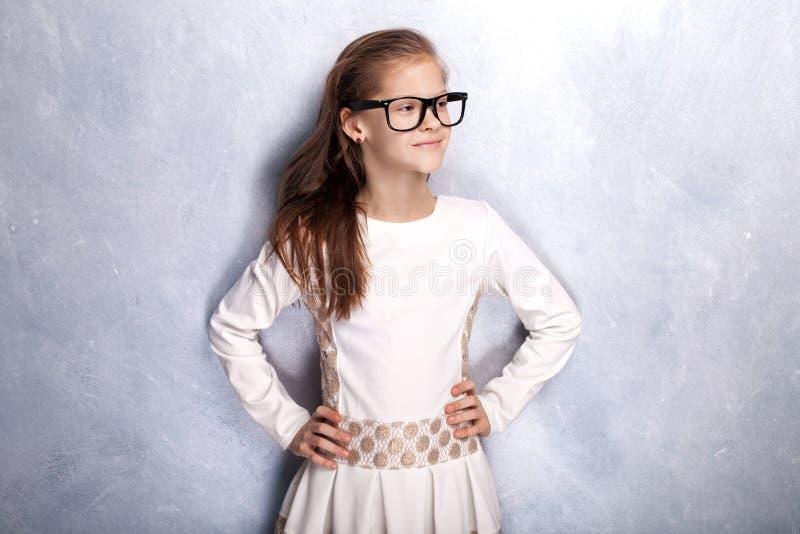 Gullig ung flicka som poserar i studio arkivbilder