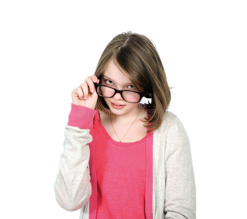 Gullig ung flicka som ser över hans exponeringsglas för att beskåda royaltyfri foto