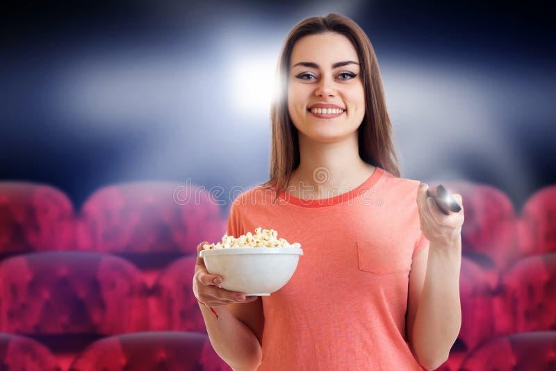 Gullig ung flickaklockafilm med pop-havre arkivfoto