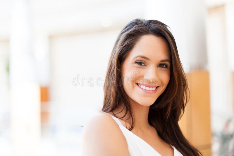 Gullig ung kvinna royaltyfria bilder