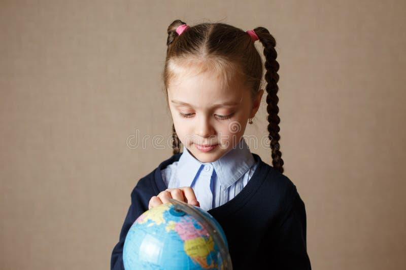 Gullig unge med jordklotet royaltyfri foto