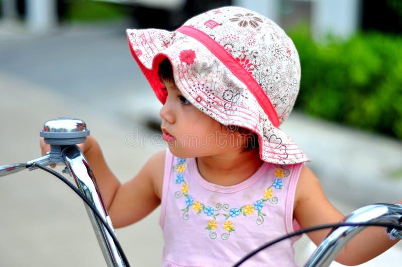 gullig ungestående för cykel fotografering för bildbyråer