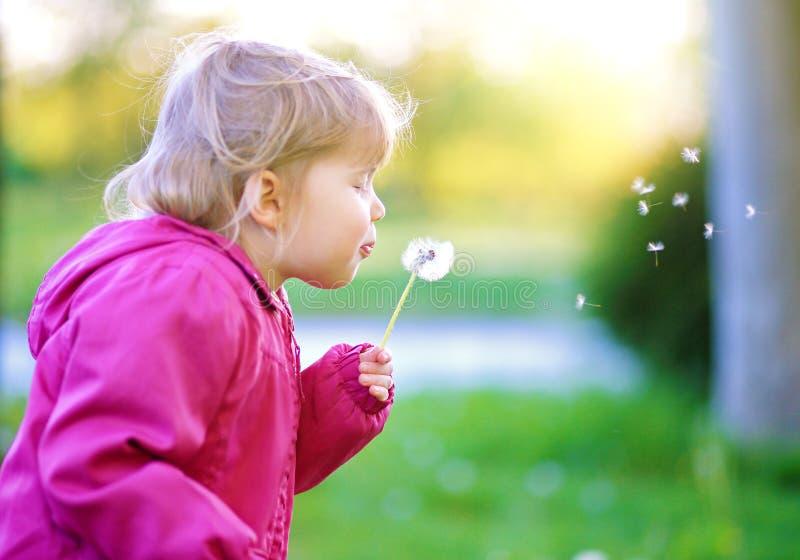 Gullig utomhus- barnslagmaskros royaltyfri foto