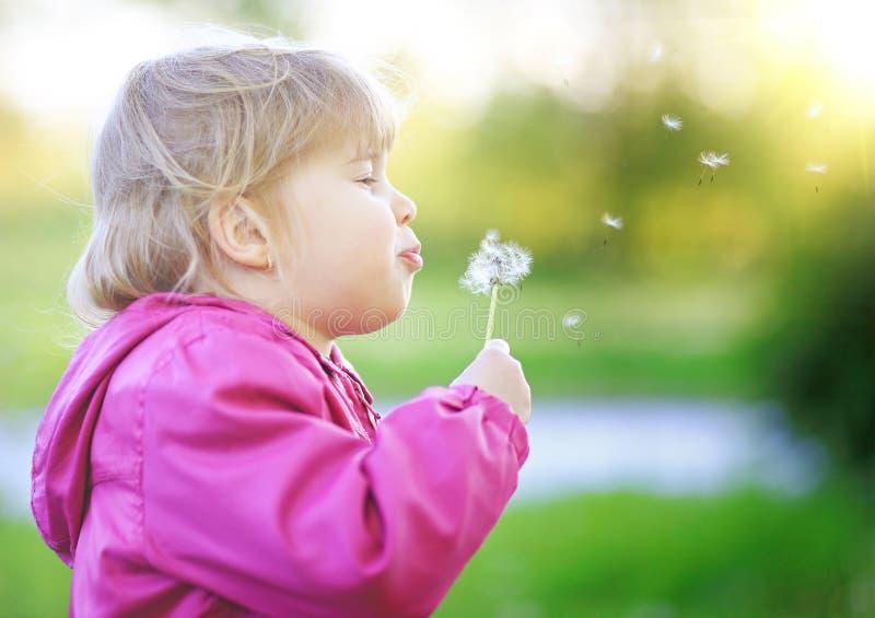 Gullig utomhus- barnslagmaskros fotografering för bildbyråer