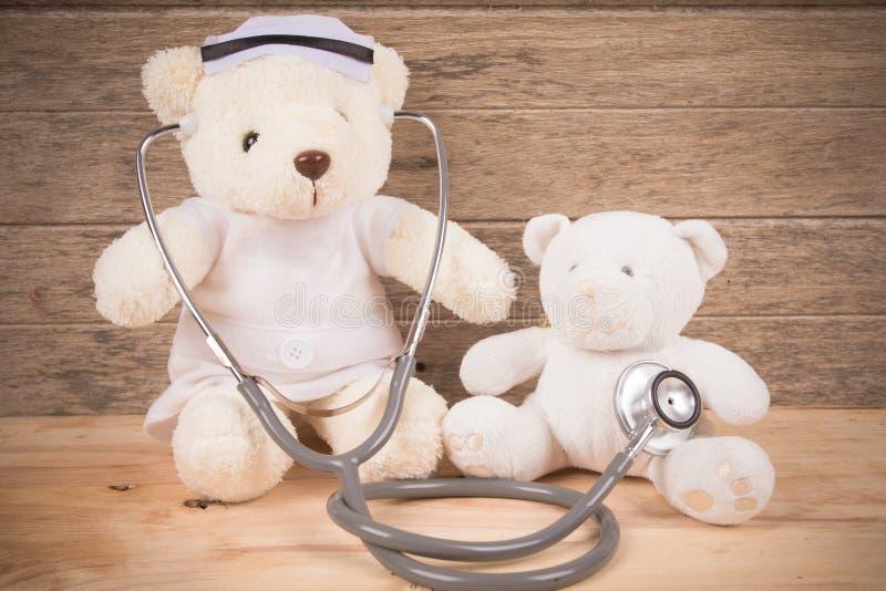 Gullig vit bea för hälsa för kontroll för stehoscope för bruk för sjuksköterska för kläder för nallebjörn fotografering för bildbyråer