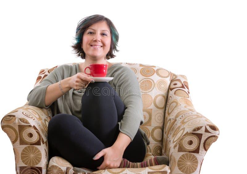 Gullig vuxen kvinna som tycker om kaffe arkivfoton