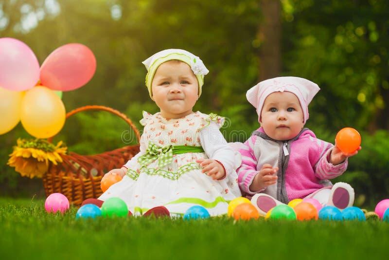 Gulliga babys spelar på det gröna gräset royaltyfri bild
