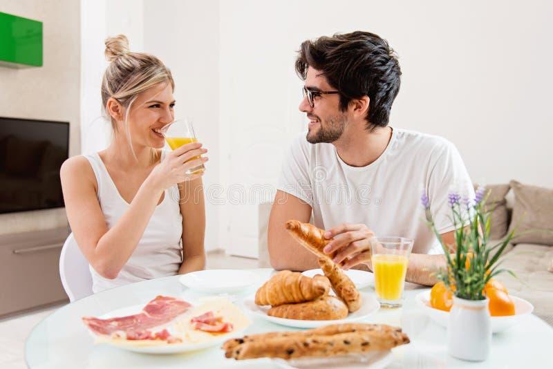 Gulliga barnpar som tillsammans tycker om deras frukost arkivfoton