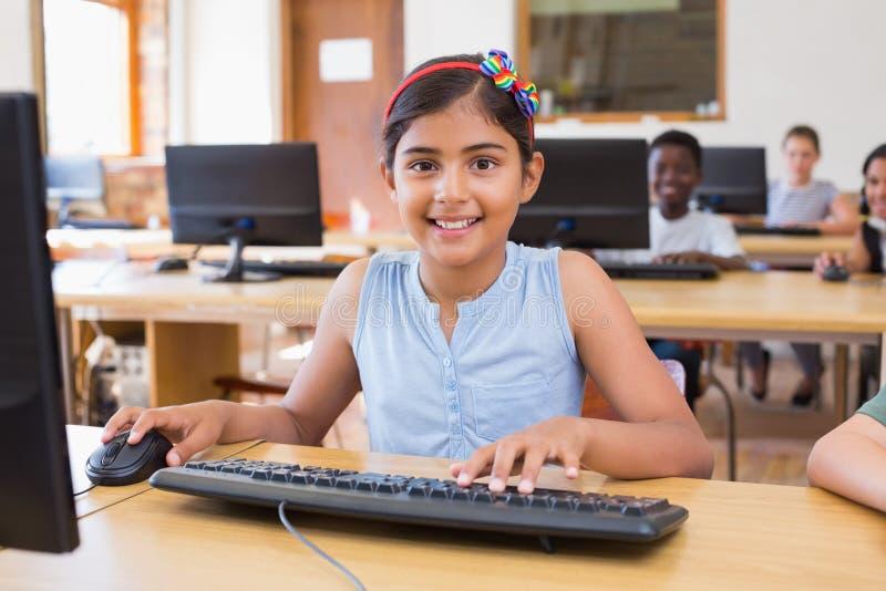 Gulliga elever i datorgrupp royaltyfria bilder