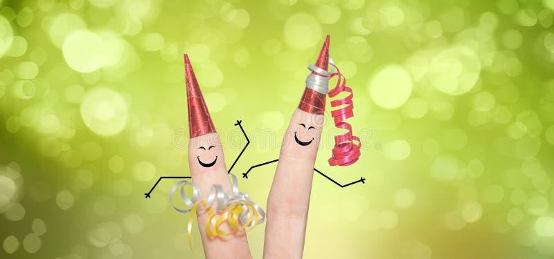 Gulliga fingerpar som firar helgdagsafton för ` s för nytt år arkivbilder