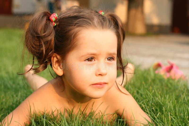 gulliga flickagras little som ligger royaltyfria foton