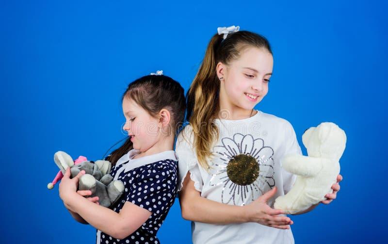 Gulliga flickor för ungar att spela med mjuk leksaker lycklig barndom Barnav?rd Systrar eller bästa vän spelar med leksaker s?tt royaltyfri bild