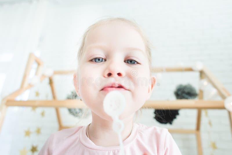 Gulliga liten flickalekar med såpbubblor royaltyfri fotografi