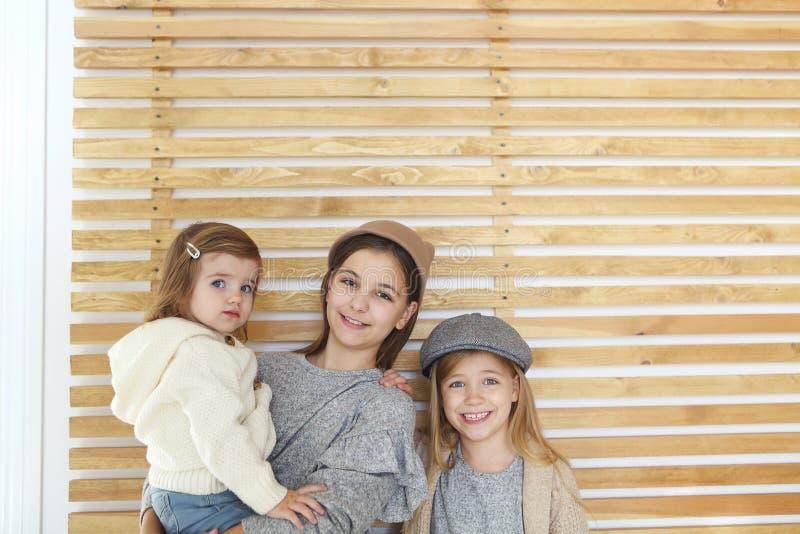 Gulliga lyckliga liten flickasystrar för mode tillsammans arkivbilder