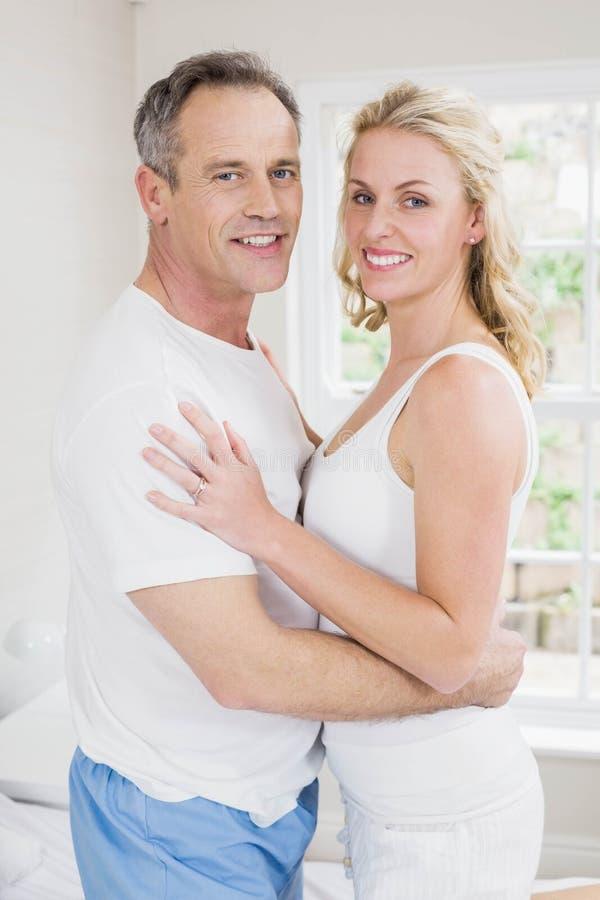 Gulliga par omkring som ska kyssas arkivfoton