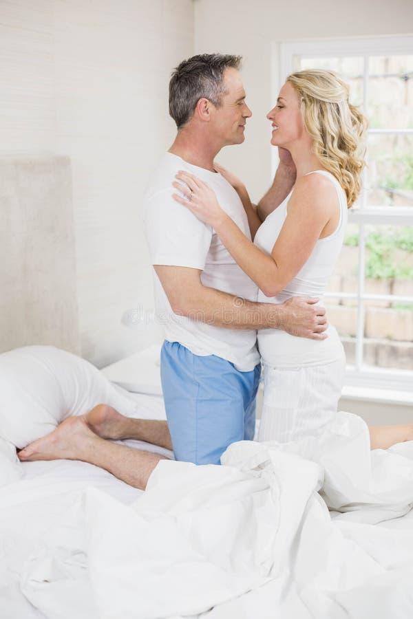 Gulliga par omkring som ska kyssas royaltyfri bild