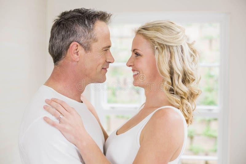 Gulliga par omkring som ska kyssas fotografering för bildbyråer