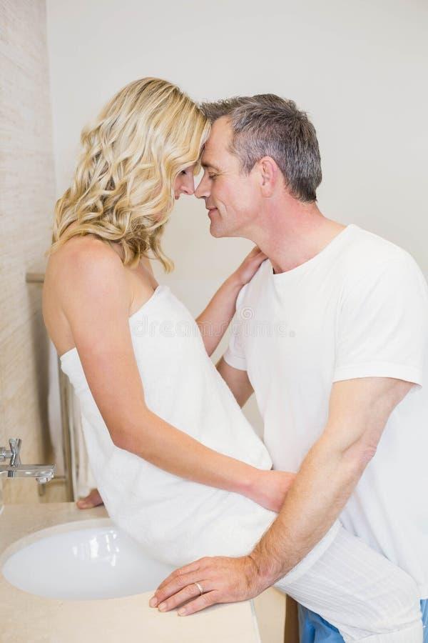 Gulliga par omkring som ska kyssas royaltyfri fotografi